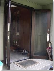 サン・ウインドトーヨー住器:玄関収納網戸 しまえるんです親子タイプ(オータムブラウン)の導入事例…吹田市 K様邸