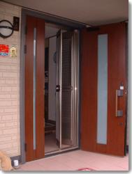 サン・ウインドトーヨー住器:玄関ルーバー網戸 ナイスウインズドア親子タイの導入事例