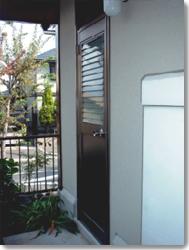 サン・ウインドトーヨー住器:勝手口ドア ベルエアF4(単板ガラスタイプ)横面格子の導入事例…高槻市S様邸