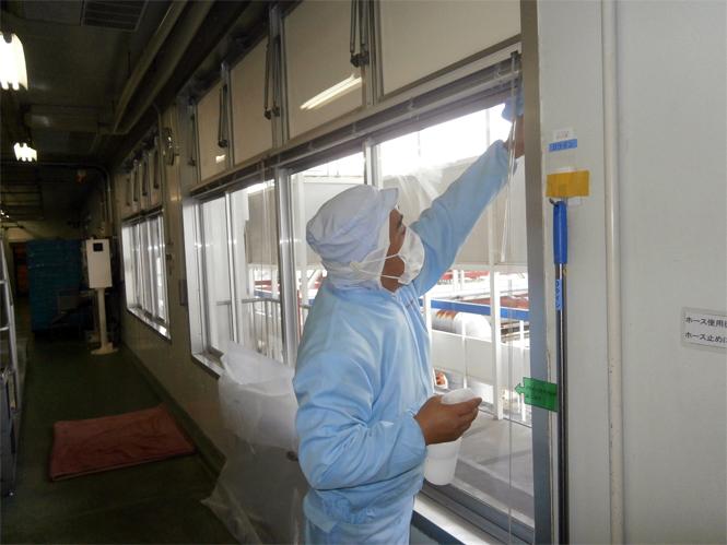 サン・ウインドエコ窓の導入事例:L社アイスクリーム工場様02:窓ガラスを丁寧に拭きます