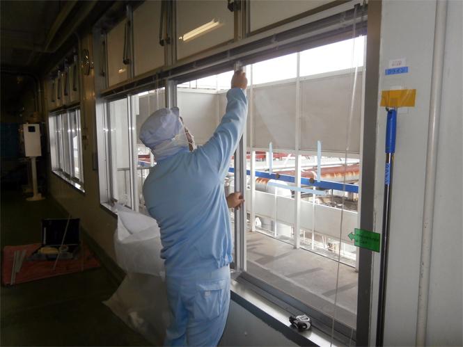 サン・ウインドエコ窓の導入事例:L社アイスクリーム工場様03:スペーサー取付け
