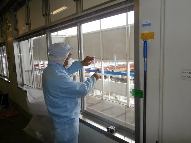 サン・ウインドエコ窓の導入事例:L社アイスクリーム工場様04:ポリカ取付け