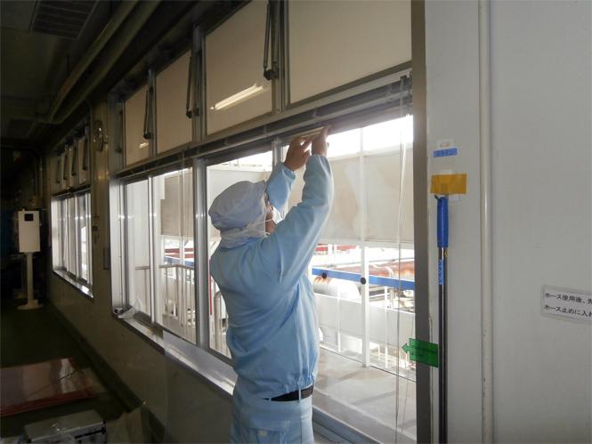 サン・ウインドエコ窓の導入事例:L社アイスクリーム工場様05:アタッチメントで固定