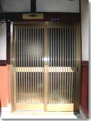 玄関引戸 菩提樹 網戸付(ブロンズ)の導入事例…滋賀県 S様邸